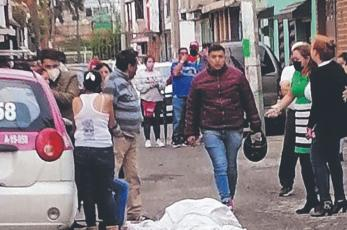 Matan a tiros a un hombre en calles de Ecatepec, familiares intentaron reanimarlo