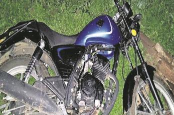 Biker derrapa y se estrella contra un poste de metal, sufre golpe en el abdomen que fue mortal