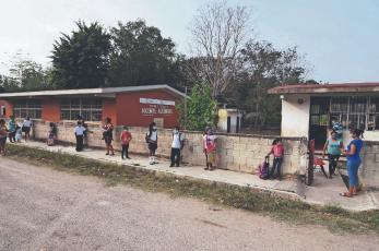 Por no tener WiFi, señal de TV y dinero, papás celebran regreso a clases en Zinacantepec
