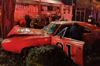 """Réplica del famoso auto """"General Lee"""" terminó destrozado al chocar con un árbol en CDMX"""