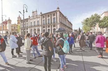 Trabajadores del Ayuntamiento de Toluca cierran calles, demandan pago salarios rezagados