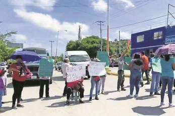 Vecinos bloquean carretera, exigen nueva ruta para llegar al centro en Xochitepec