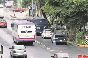 Patrullas de la Policía tapan vía exclusiva de transporte público en la CDMX