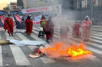 Indígenas cierran Eje Central Lázaro Cárdenas y prenden cartones en el centro de la CDMX