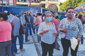 Mamás apartan lugares en la fila de vacunación Covid, para sus bendiciones treintañeras