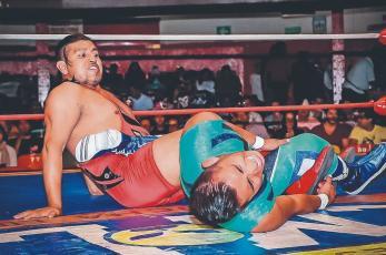 Gladiadores exponen máscaras vs cabelleras en torneo cibernético suicida, en Arena México