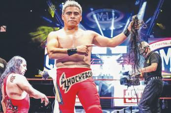 Shockercito triunfa y se queda con las greñas de su rival en la mano, en la Arena México