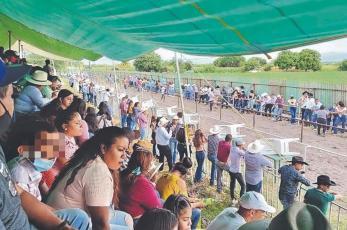 Arman carrera de caballos y decenas asisten como si no existiera el Covid, en Morelos