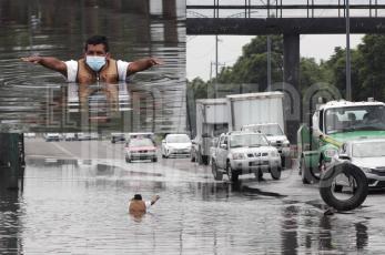 Limpiaparabrisas se sumerge en profundo bache para alertar a conductores en Gustavo A Madero