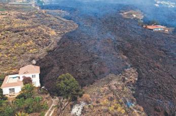 Lava desciende por las Islas Canarias y  destruye cientos de hogares a su paso