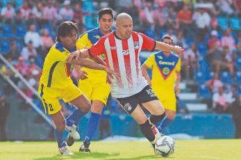 Adolfo Bautista sale a defender a Chivas contra críticas de Roger Martínez