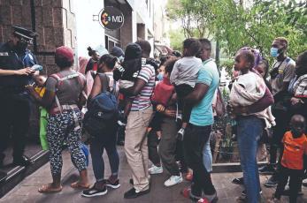 Migrantes haitianos son rechazados en albergues de la CDMX, ya no hay cupo