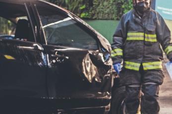 Conductor de taxi termina con viaje y con la vida de su pasajero tras volcarse, en CDMX