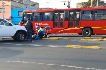 Metrobús atropella a repartidor en moto tras ser embestido por una camioneta, en CDMX