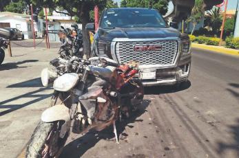 Motosicarios intentan acribillar a empresario que iba para el AICM, su escolta lo defiende