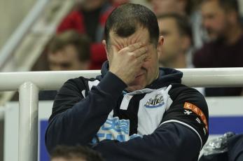 Newcastle vs Tottenham es detenido tras problemas de salud de un aficionado en la tribuna