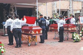 Familiares se despiden de policías asesinados por asaltante, en Tecámac