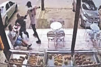 Sujetos armados asaltan panadería y un cliente los mata a balazos, en Colombia