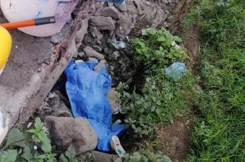 Aparece un adulto mayor en canal de desagüe de Ecatepec, investigan si lo mataron o resbaló