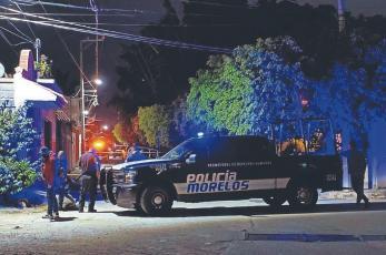 Sicarios huyen en taxi tras acribillar a hombre cerca de pizzería, en Morelos