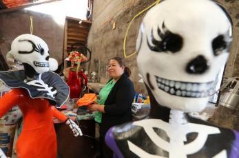 Artesanos mexiquenses preparan tradicionales piñatas de La Catrina para el Día de Muertos