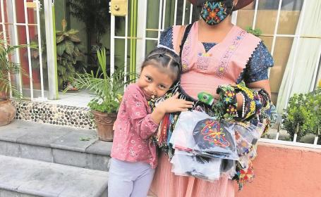 Lupita y Monse se divierten mientras acompañan a su  mamá a vender artesanías en Morelos