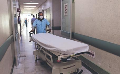 Don Abelardo vendía en una tienda y ahora traslada a pacientes Covid en Toluca