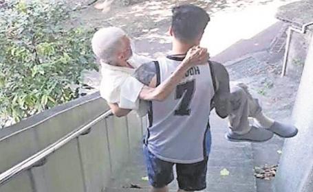 Captan a joven cargando a su abuelo a un centro de vacunación contra Covid en Taiwán