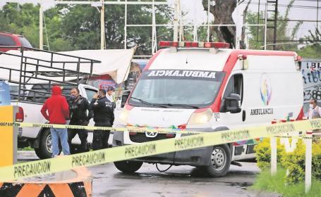 Atacan a balazos a tripulantes de una camioneta en un centro comercial, en Morelos