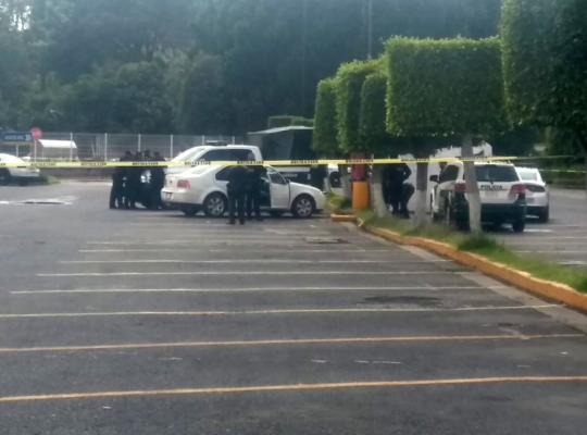 Ex pareja de mujer la mata de balazos en cabeza, en estacionamiento de WaltMart Miramontes